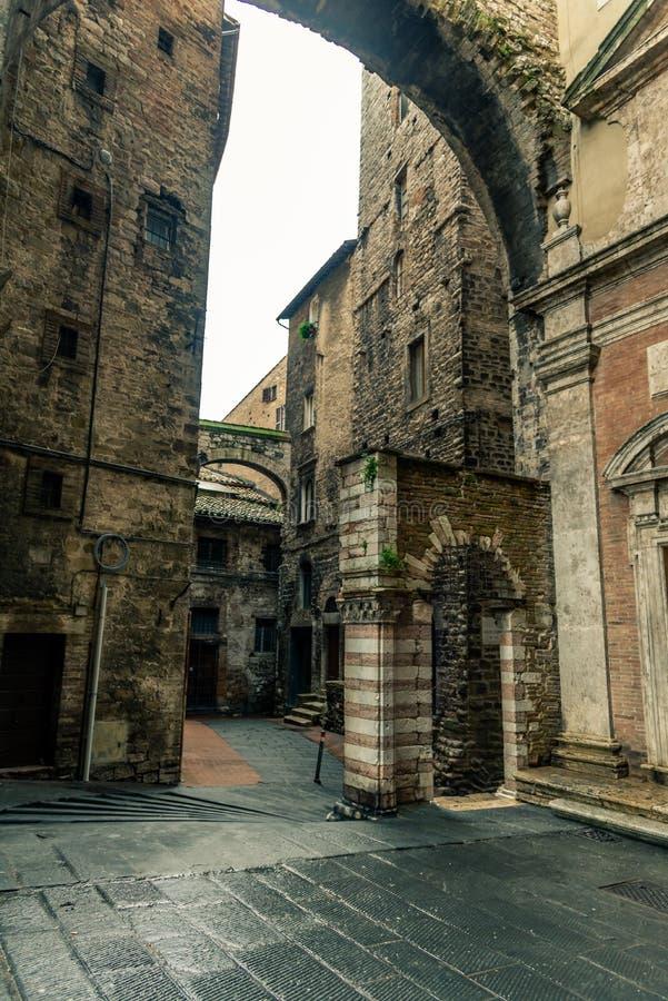 Callejón y edificios medievales italianos tradicionales en el centro histórico de la ciudad hermosa de Perugia, en Umbria Region, fotografía de archivo