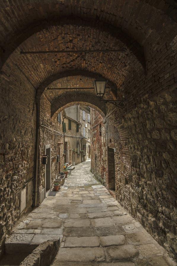 Callej?n medieval antiguo y caracter?stico, Italia imagen de archivo