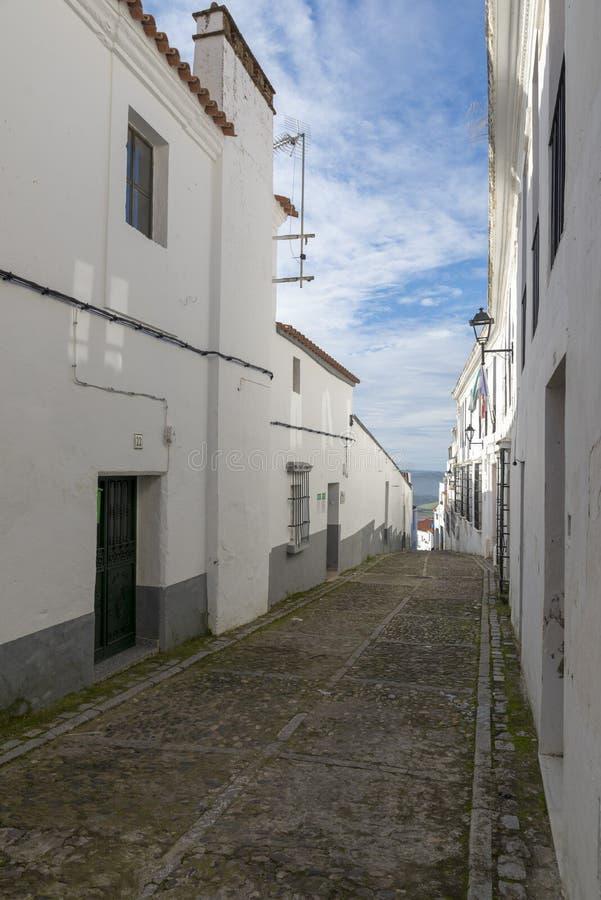Callejones de las casas blanqueadas típicas del pueblo de Jerez de los foto de archivo