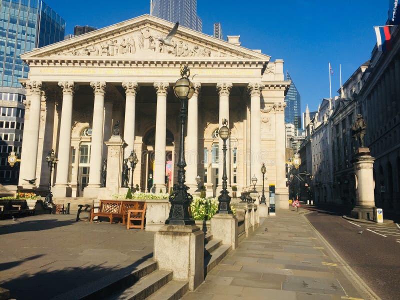 Calles abandonadas cerca de la estación Bank y del Mercado Exchange de Londres debido al bloqueo del coronavirus imagen de archivo