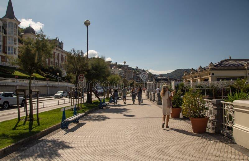 Calles al lado de la playa del Concha del La en San Sebastian foto de archivo