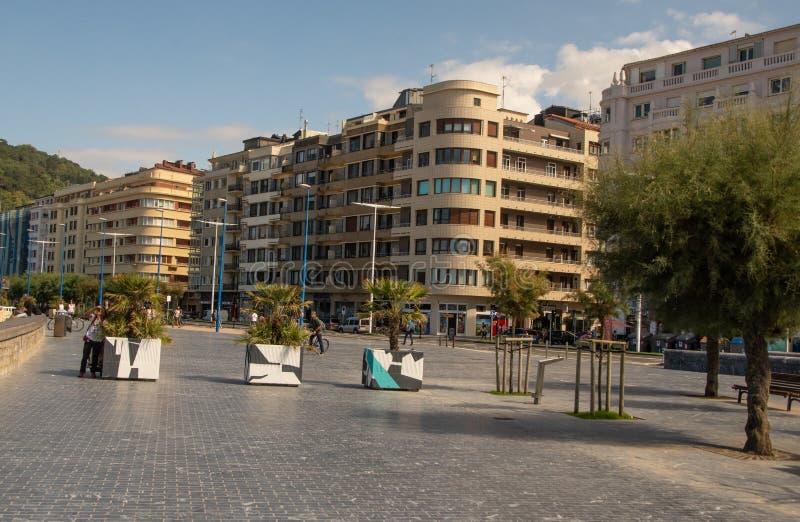 Calles al lado de la playa del Concha del La en San Sebastian imagen de archivo libre de regalías