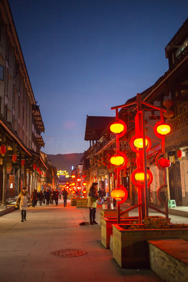 Calles brillantes y elegantes de la noche de China fotos de archivo