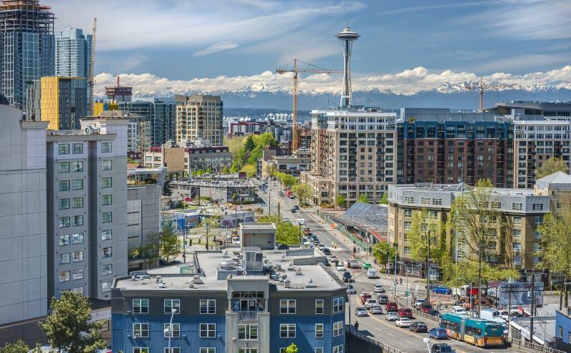 Calles céntricas de la ciudad de Seattle y montañas olímpicas fotos de archivo libres de regalías