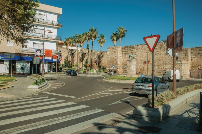 Calles con el cruce giratorio cerca del fuerte musulmán viejo de Mérida foto de archivo