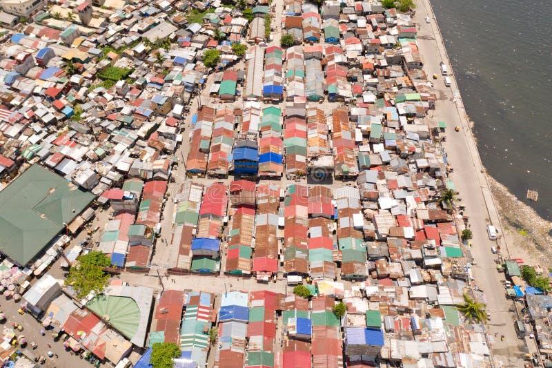 Calles de áreas pobres en Manila Los tejados de casas y la vida de la gente en la ciudad grande Distritos pobres de Manila, visió imagen de archivo