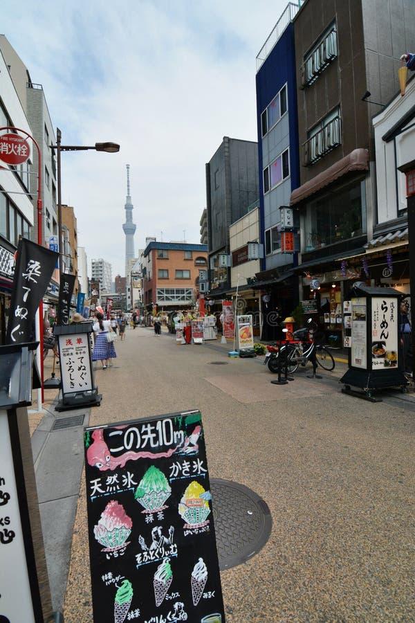 Calles de Asakusa y torre de Tokio Skytree Tokio japón foto de archivo libre de regalías