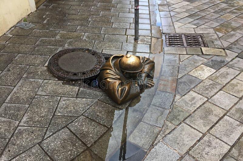 Calles de Bratislava, Eslovaquia - hombre en el trabajo o la estatua del vigilante foto de archivo libre de regalías