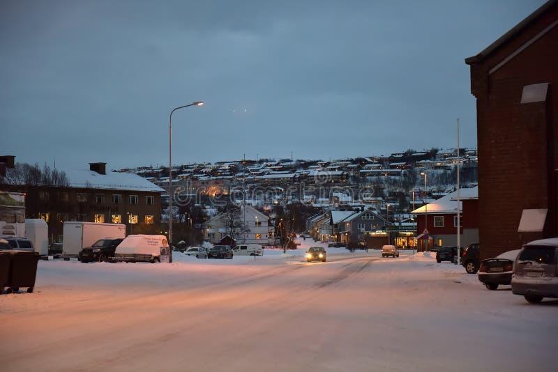 Calles de la ciudad en el invierno en la noche polar fotografía de archivo