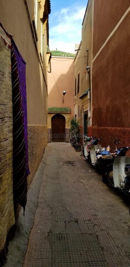 Calles de la ciudad de Marrakesh Medina - ciudad fortificada vieja fotografía de archivo