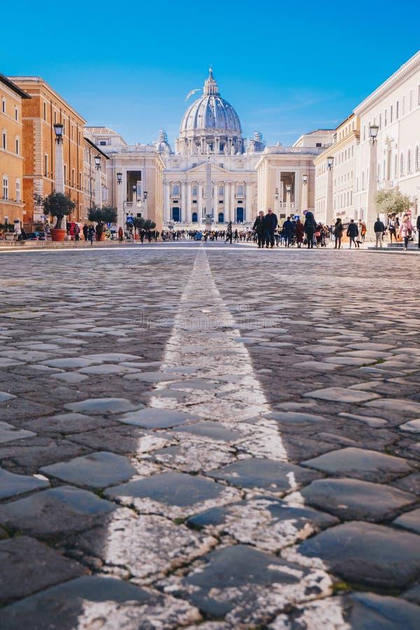Calles de la ciudad de Roma a la Ciudad del Vaticano y a St Peters Basilica foco imagenes de archivo