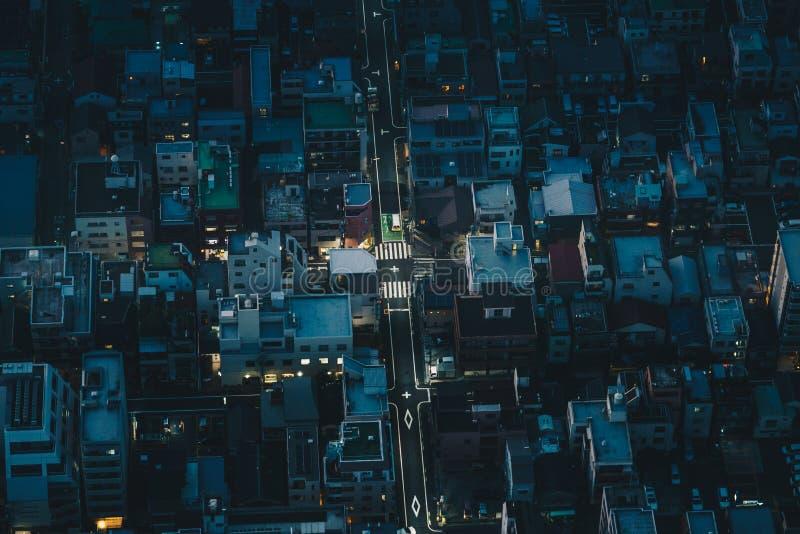 Calles de la ciudad de Tokio en la noche según lo visto desde arriba de la fotografía aérea foto de archivo libre de regalías