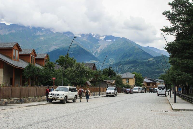 Calles de la ciudad turística de Mestia de la región de Svaneti con las casas clásicas rodeadas por las montañas del Cáucaso imagen de archivo libre de regalías