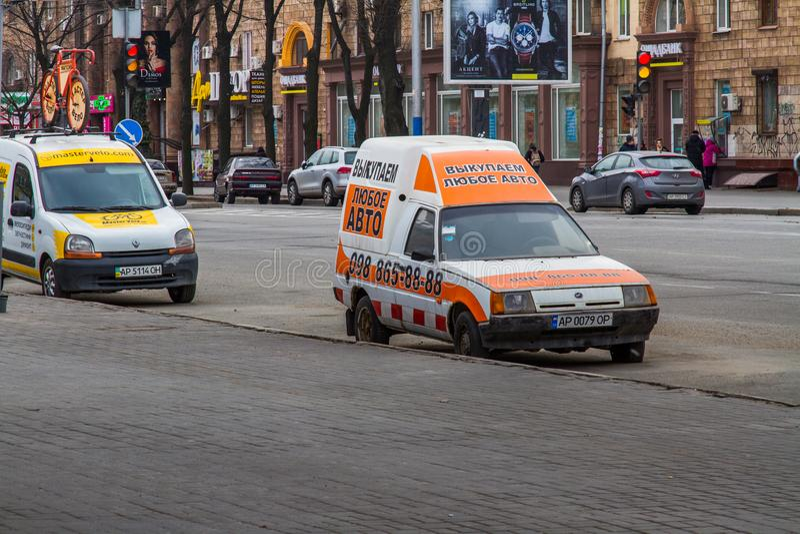 Calles de la ciudad de Zaporozhye imagenes de archivo