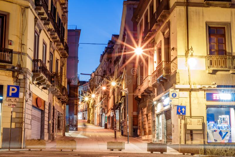 Calles de la mañana con las linternas y los cafés en Cagliari Italia foto de archivo libre de regalías