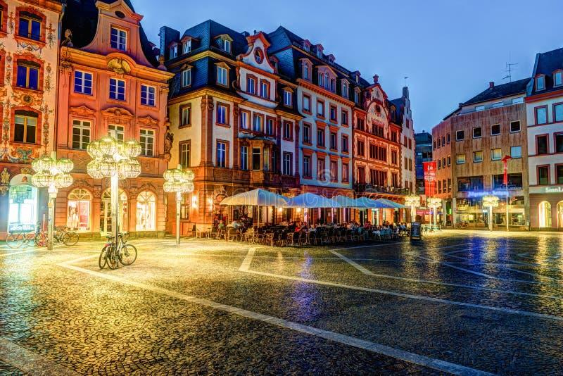 Calles de la noche de Maguncia imagenes de archivo
