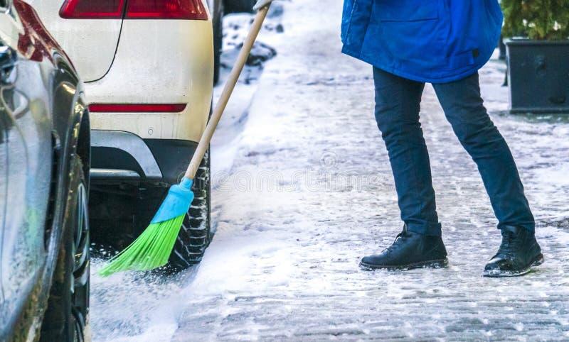 Calles de limpieza del servicio de la ciudad de la nieve con las herramientas especiales después de las nevadas b fotografía de archivo libre de regalías