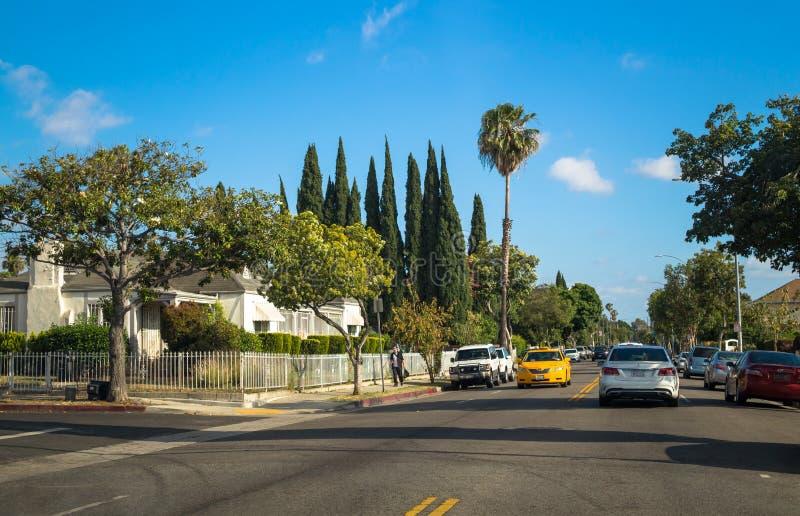 Calles de Los Ángeles Calle moderna en un área residencial de Santa Monica imagenes de archivo