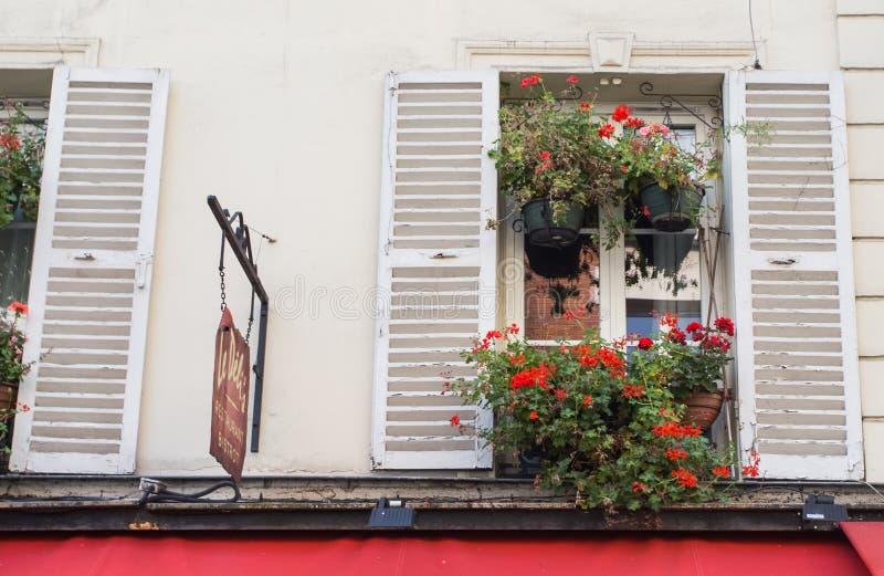 Calles de Montmartre en París, Francia, Europa Paisaje urbano acogedor de la arquitectura y de las señales Concepto del sightseen imagen de archivo