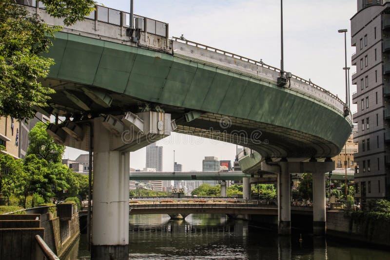Calles de Osaka, rascacielos y vías aéreas durante un día de verano caliente, Osaka central, isla de Nakanoshima, Japón del tren, foto de archivo