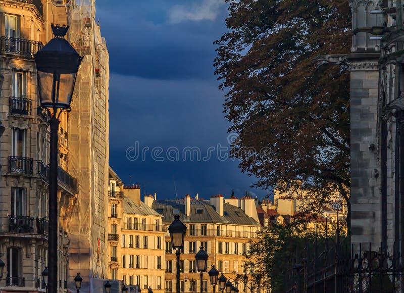 Calles de París en Ile de la Cite cerca de la catedral de Notre Dame de Paris en la luz caliente de la puesta del sol fotografía de archivo libre de regalías