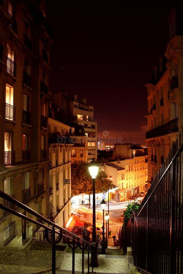 Calles de París por la noche - Montmartre foto de archivo