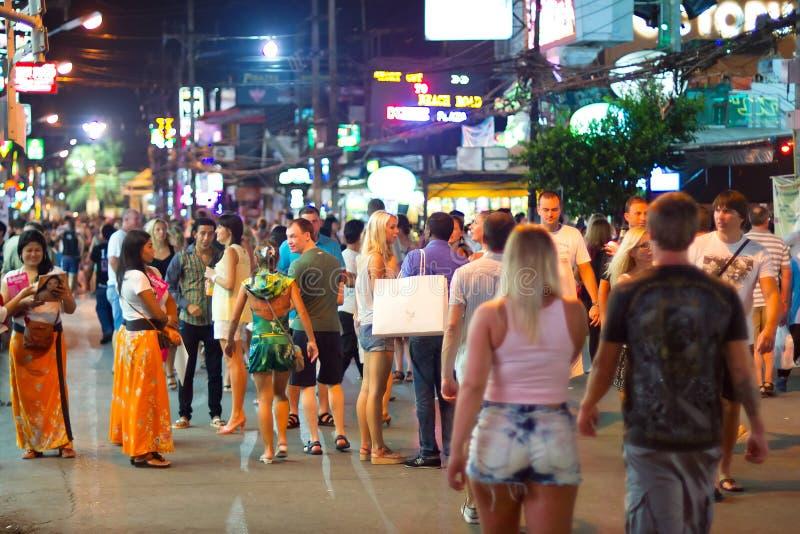 Calles de Patong con vida de noche, Tailandia