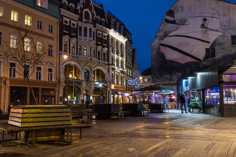 Calles de Riga vieja en la noche fotos de archivo
