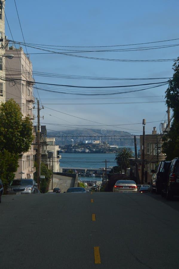 Calles de San Francisco con las vistas espectaculares de la cárcel de Alcatraz Días de fiesta Arquitecture del viaje imagen de archivo