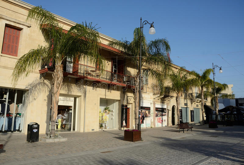Calles de una ciudad vieja Larnaca - ciudad en la costa meridional de Chipre imágenes de archivo libres de regalías