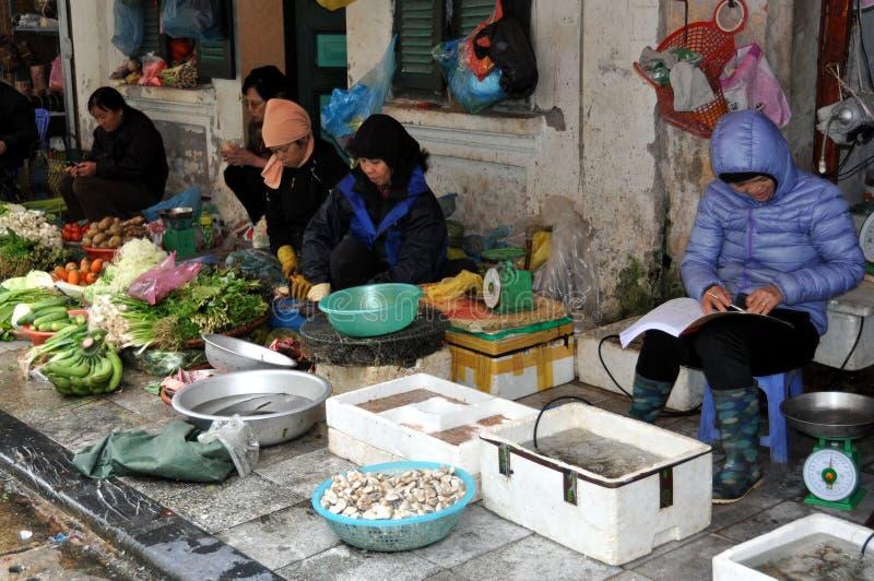 Calles de Vietnam - frutas y vendedores de los pescados en la acera foto de archivo libre de regalías