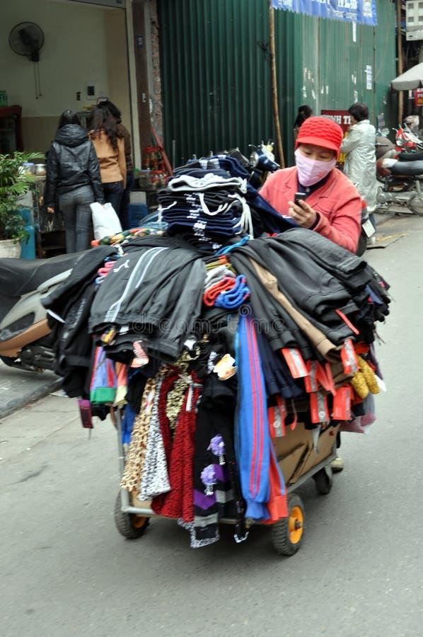 Calles de Vietnam - vendedor de la ropa imágenes de archivo libres de regalías