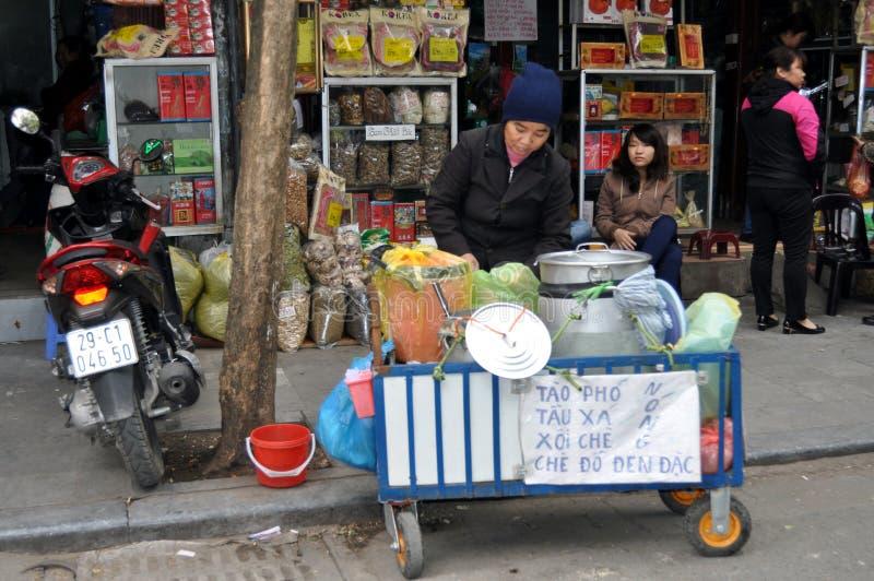Calles del mercado de Vietnam - de Hanoi con la comida de la calle foto de archivo