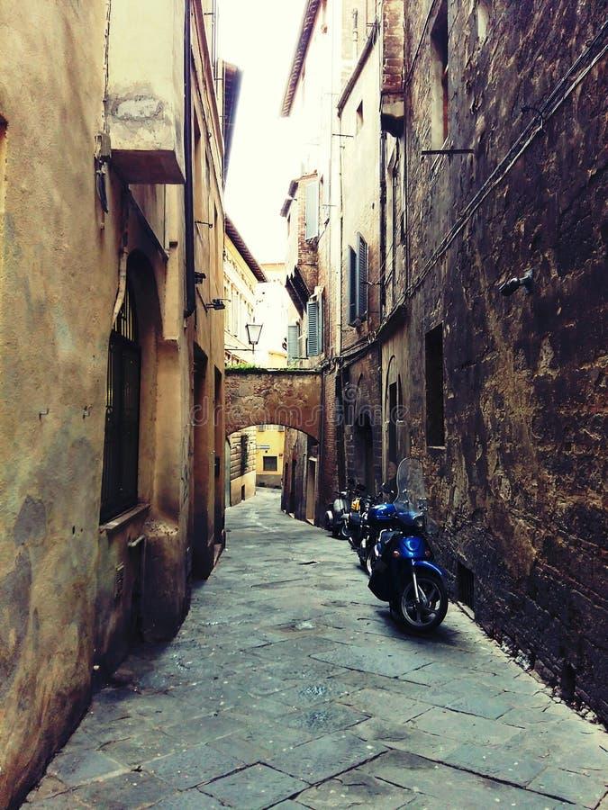 Calles estrechas en Siena Italy foto de archivo