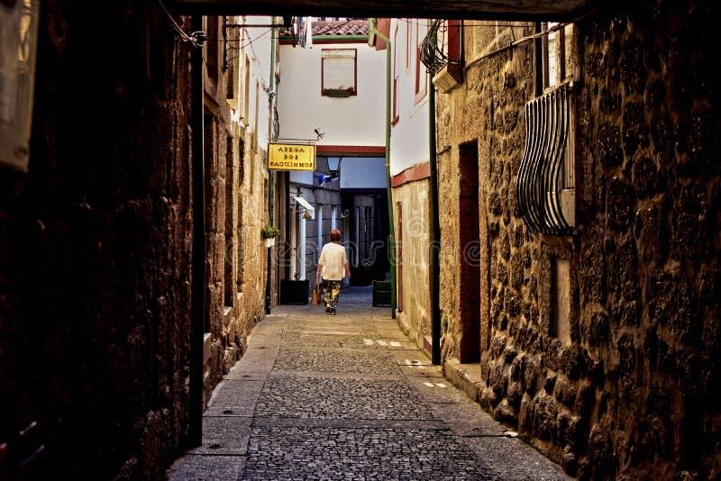 Calles estrechas y esquinas oscuras de la ciudad imagen de archivo