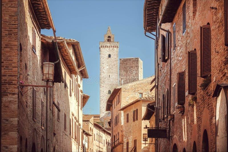 Calles estrechas y torres viejas dentro de la ciudad toscana antigua Ciudad histórica de San Gimignano Sitio del patrimonio mundi foto de archivo libre de regalías