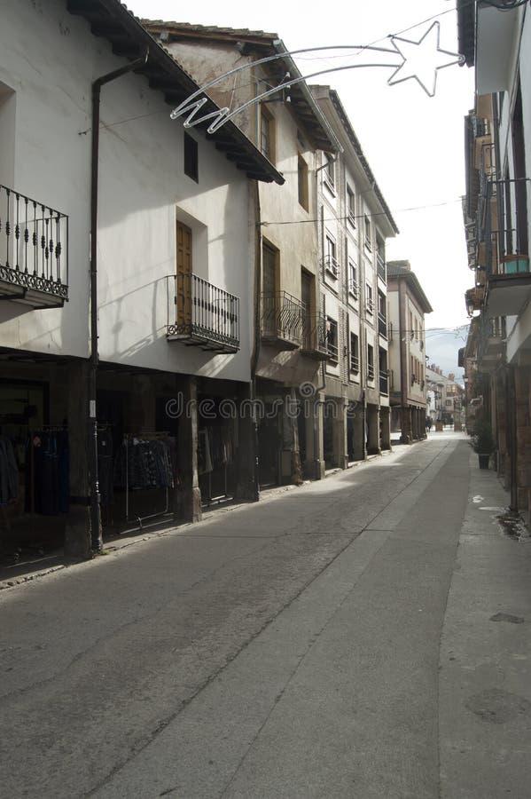 Calles hermosas de Ezcaray con sus edificios pintorescos con los arcos en su parte inferior Arquitectura de Ezcaray, viaje, Histo imagen de archivo