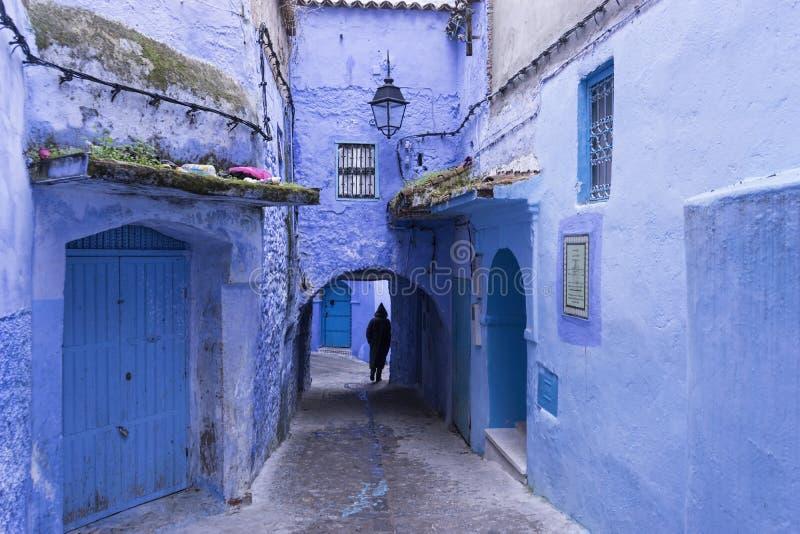 Calles hermosas pintadas en la ciudad azul de Chefchaouen en Marruecos septentrional imagenes de archivo