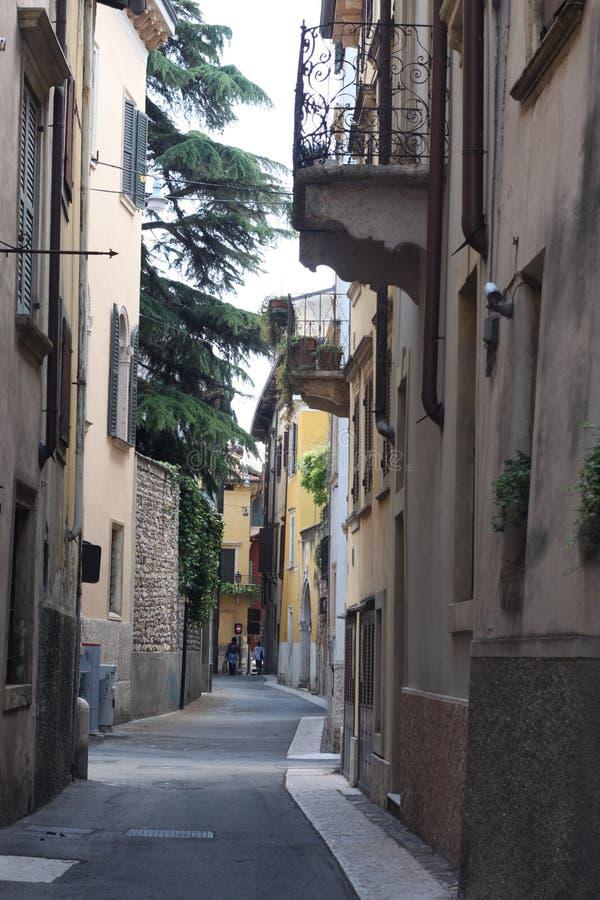 Calles minúsculas de Verona foto de archivo