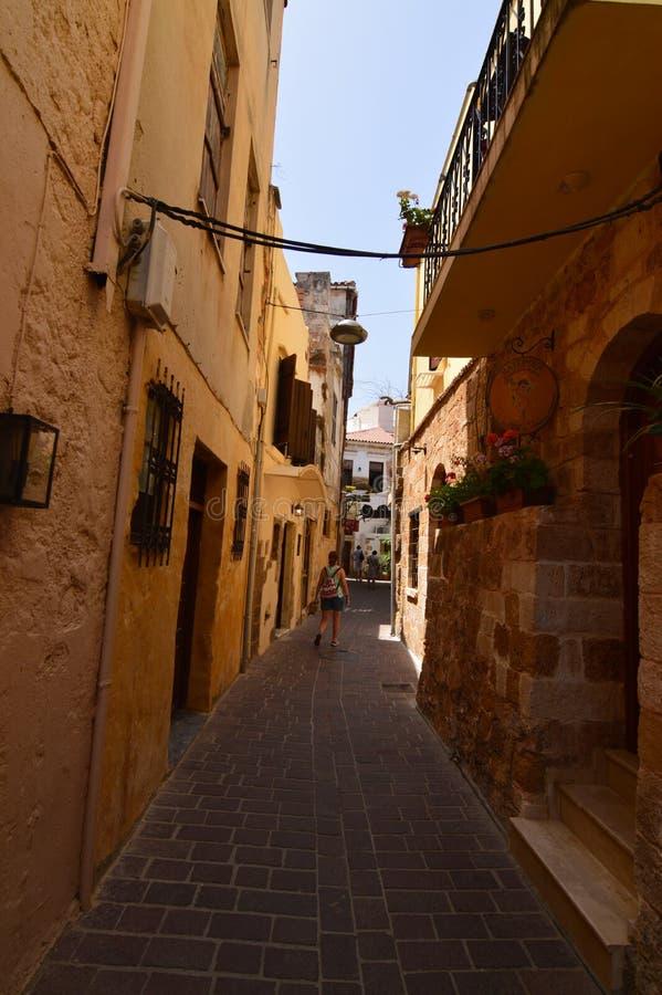 Calles muy estrechas con los edificios hermosos y coloridos en Chania Viaje de la arquitectura de la historia fotografía de archivo libre de regalías