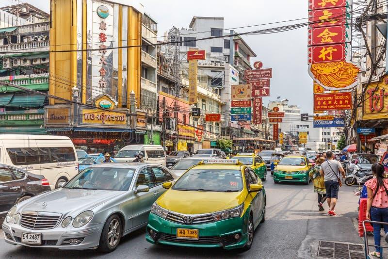 Calles muy transitadas de Chinatown Bangkok fotos de archivo