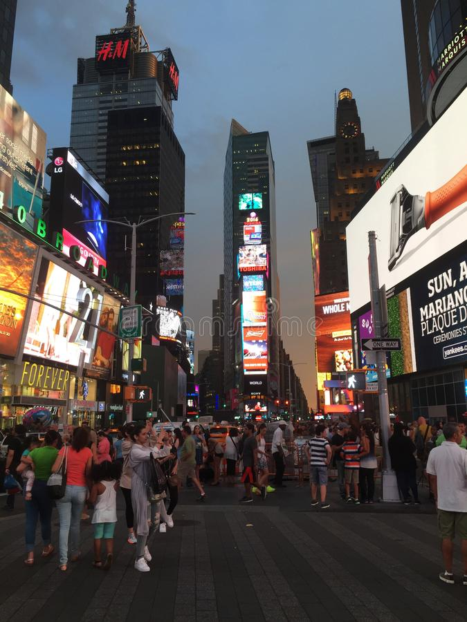 Calles muy transitadas de Time Square, New York City imágenes de archivo libres de regalías