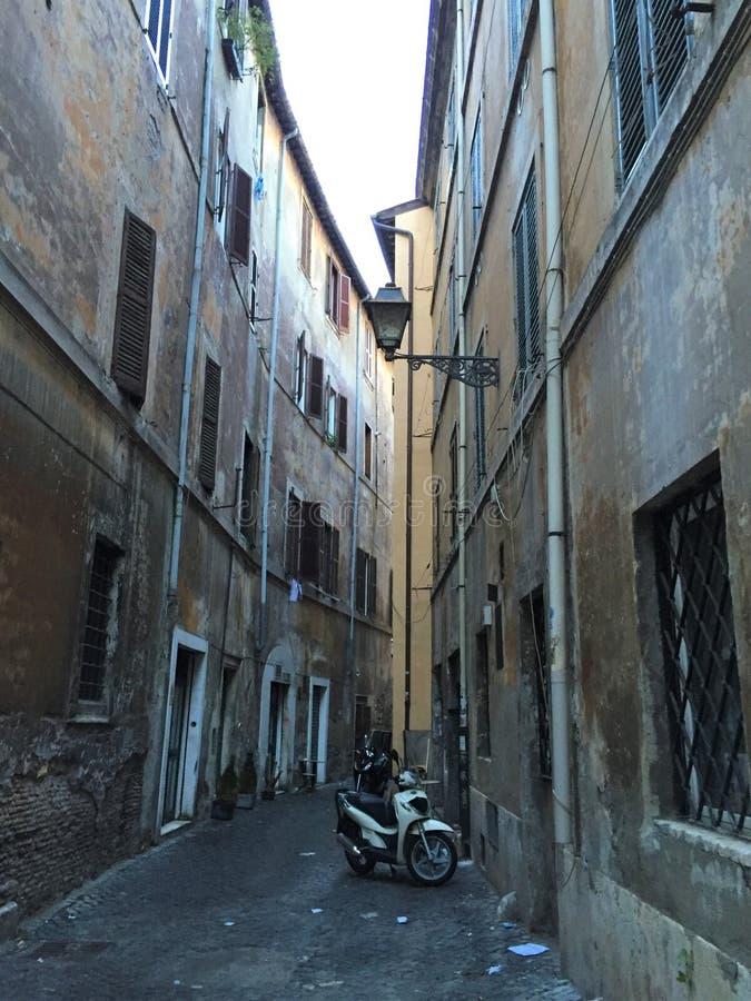 Calles pavimentadas de Roma Italia fotos de archivo libres de regalías