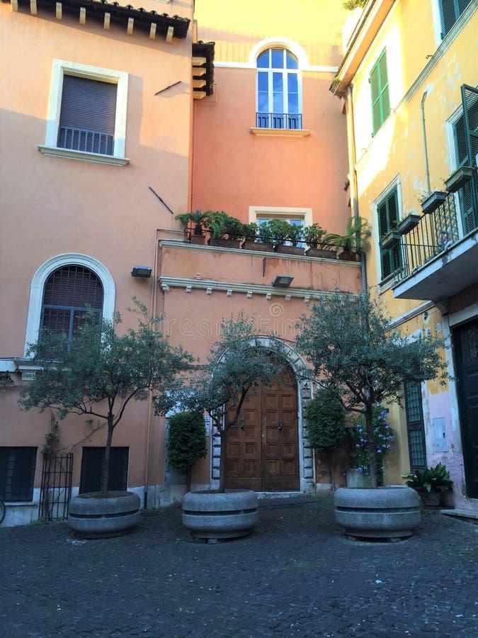 Calles pavimentadas de Roma Italia foto de archivo libre de regalías