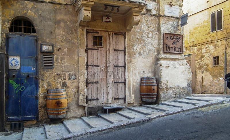 Calles tranquilas de la capital de Malta - La Valeta Calle del ` s de San Pablo fotos de archivo libres de regalías