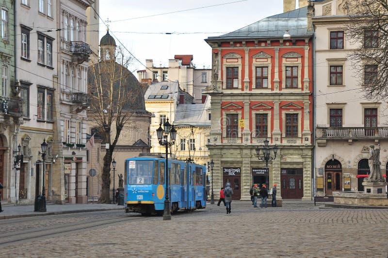 Calles viejas, arquitectura medieval, tranvía azul fotos de archivo