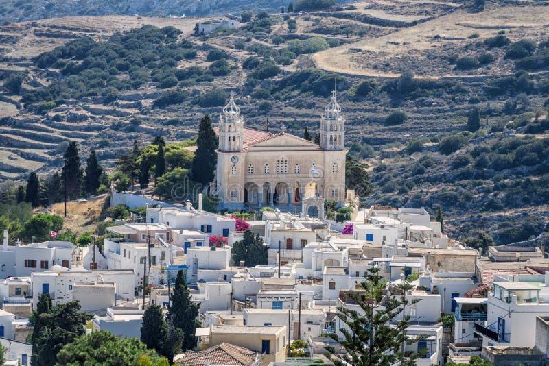 Calles y arquitectura del estilo de Cícladas en el pueblo de Lefkes, Paros, Grecia imagen de archivo