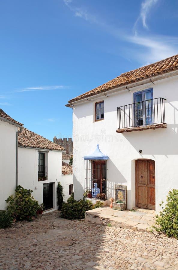 Calles y casas estrechas, cobbled del pueblo español imagen de archivo libre de regalías