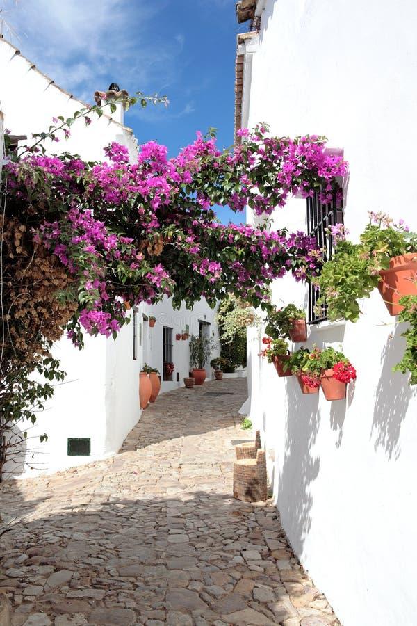 Calles y casas estrechas, cobbled del pueblo español foto de archivo