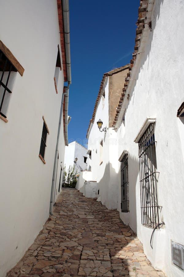 Calles y casas estrechas, cobbled del pueblo español foto de archivo libre de regalías